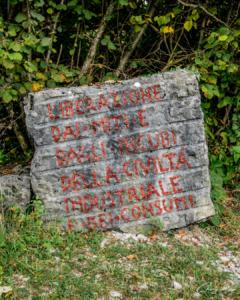 Scritta nelle cave di Rubbio - Cava abitata