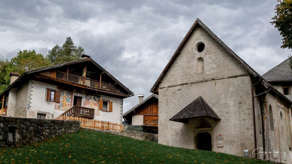 Chiesa romanica e vecchia canonica - Fiera Primiero